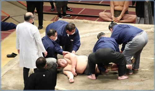 響龍と今福の取組動画!勝ち名乗り優先で放置の相撲協会に人命軽視・人災と批判の声